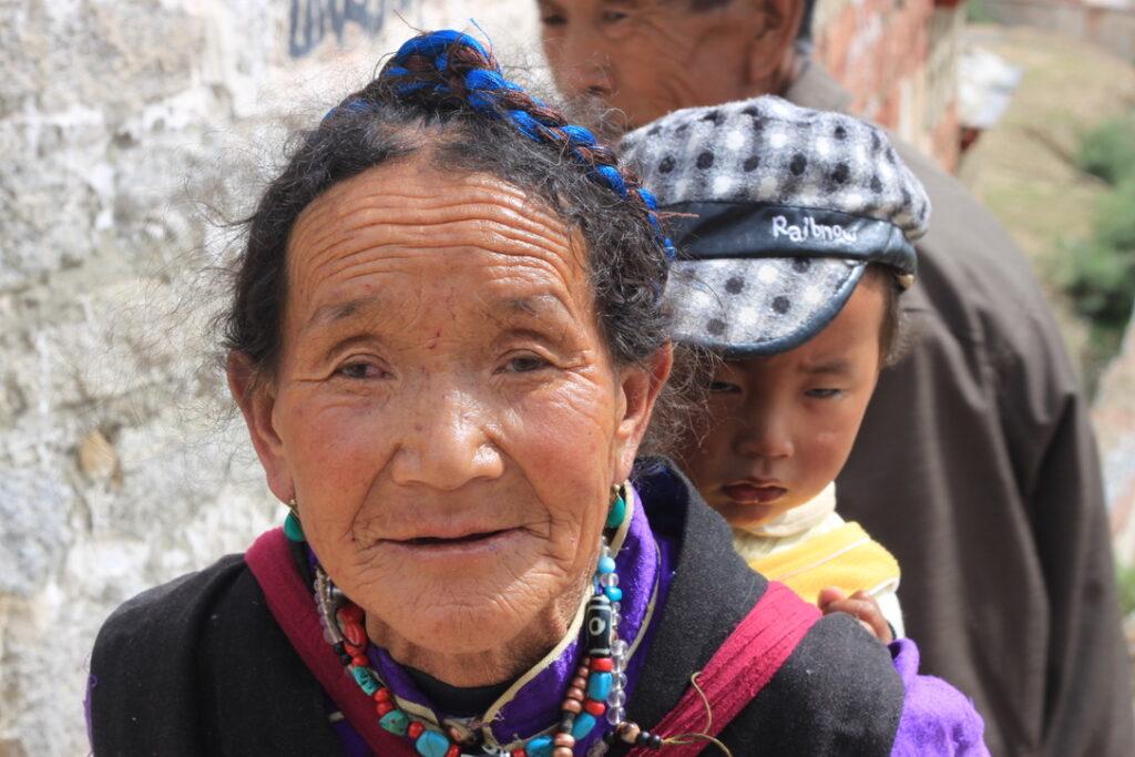 Tibetaanse pelgrims onderweg naar het klooster - Fotograaf Didie Schackman